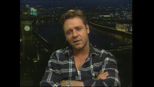 vidéos et rushes de russell crowe diplomatically refusing to speak in 2000 about relationship with meg ryan and humorously knocking screen behind him during satellite... - gladiateur