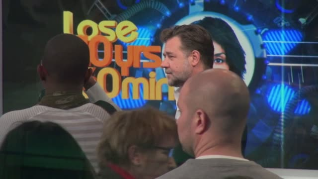 stockvideo's en b-roll-footage met russell crowe is greeted by robin roberts on the set of the good morning america show in celebrity sightings in new york, - russell crowe