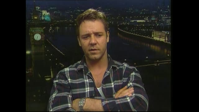 vidéos et rushes de russell crowe speaking in 2000 about challenging schedule while filming movie gladiator during satellite interview with host paul holmes - gladiateur