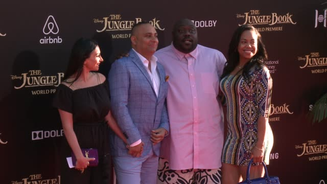 vídeos de stock, filmes e b-roll de russell peters and faizon love at disney's the jungle book los angeles premiere at the el capitan theatre on april 04 2016 in hollywood california - cinema el capitán