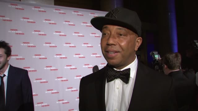 vídeos y material grabado en eventos de stock de russell simmons on how important it is to be at a benefit for young designers on how we all need to support and inspire new talent and keep the... - russell simmons