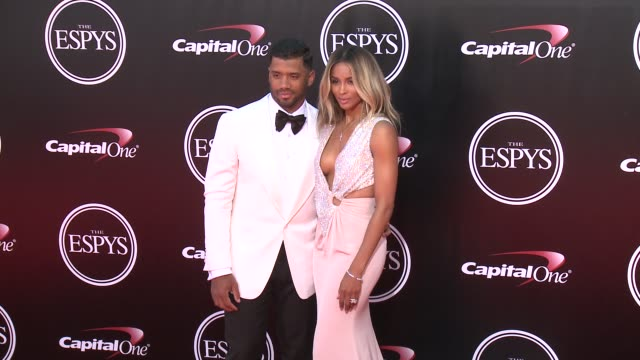 vídeos de stock, filmes e b-roll de russell wilson and ciara at the 2016 espy awards at microsoft theater on july 13 2016 in los angeles california - microsoft theater los angeles