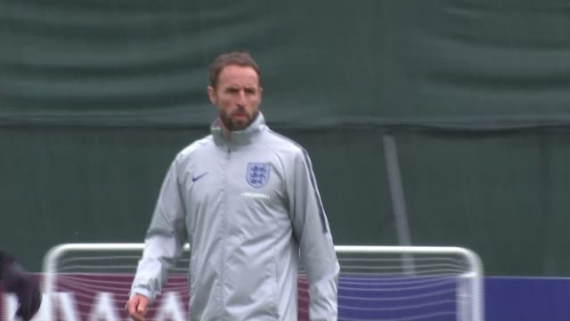vidéos et rushes de england beat colombia on penalties to reach quarterfinals russia repino gareth southgate and marcus rashford at england training session the day... - quart de finale