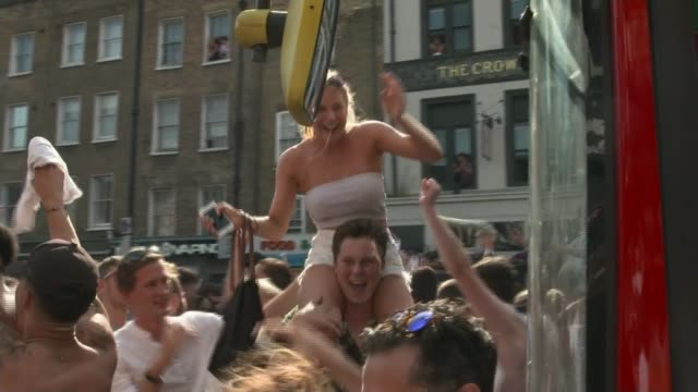 russia 2018 world cup: england beat sweden to reach semi-finals; england: london: shoreditch: ext various shots of crowd of england fans celebrating... - リチャード・パロット点の映像素材/bロール