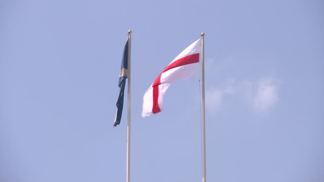 russia 2018 world cup: england flags on whitehall; england: london: whitehall: gvs england flags over ministry of defence / horse guards parade with... - internationaler fußball stock-videos und b-roll-filmmaterial