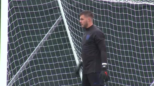 vidéos et rushes de england training russia st petersburg repino ext england goalkeepers jack butland and nick pope training / england manager gareth southgate and... - gardien de but
