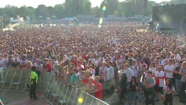 reaction to england's semifinal loss to croatia 1172018 england london ext large crowds of england fans gathered in hyde park to watch england v... - 英格蘭 個影片檔及 b 捲影像