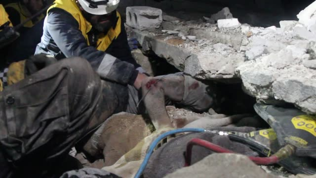 russia carried out airstrikes in the de-escalation zone in idlib, syria, killing at least 16 civilians, a syrian civil defense group said thursday.... - 空爆点の映像素材/bロール