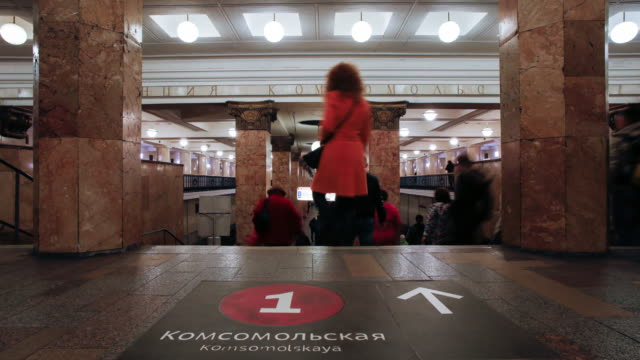 russia, moscow, metro station platform - time lapse - bahnreisender stock-videos und b-roll-filmmaterial