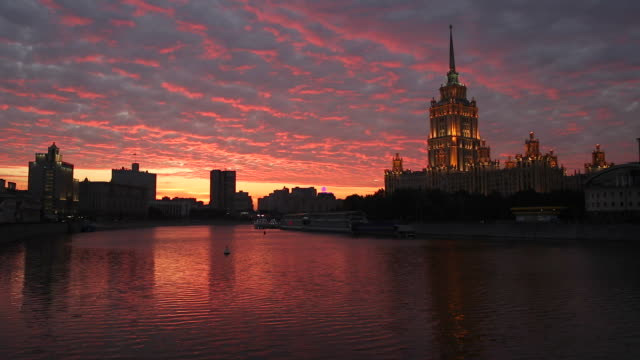 russia, moscow, moskva river, hotel ukraine - one of the seven sister skyscrapers, built in moscow at the end of stalin's reign (early 1950s) - エスタブリッシングショット点の映像素材/bロール