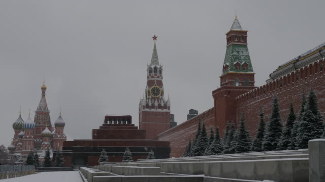 russia, moscow, view on kremlin in a snowy day - moscow russia stock-videos und b-roll-filmmaterial