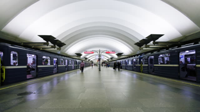 russia, saint petersburg,  metro station platform - time lapse - bahnreisender stock-videos und b-roll-filmmaterial