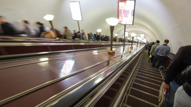 russia, saint petersburg, metro system - time lapse - bahnreisender stock-videos und b-roll-filmmaterial