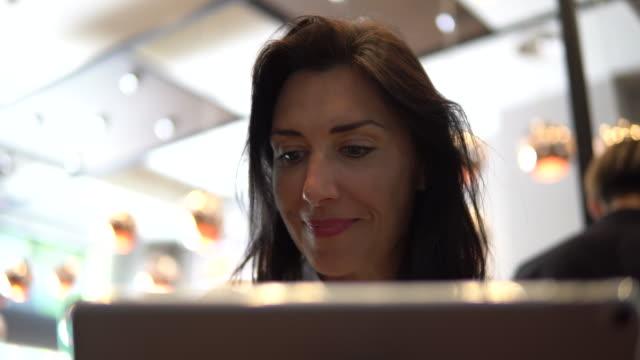 vídeos y material grabado en eventos de stock de mujer de rusia usando computadora - 30 39 years