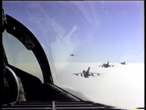 vidéos et rushes de russia/america row lib the gulf ext air to air shot of fighter jets flying in formation over the desert pov from cockpit of fighter plane flying in... - avion militaire