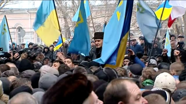 vídeos de stock e filmes b-roll de russian army on standy / rival groups clash in crimea; ukraine: crimea: various shots chanting crowd demonstrating on streets holding light blue... - ucrânia bandeira