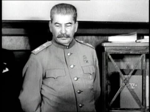 vídeos de stock e filmes b-roll de russian dictator joseph stalin stands among soviet military - joseph stalin