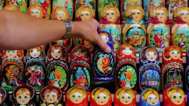 vídeos y material grabado en eventos de stock de russian dolls, izmailovsky market, moscow, russia - moscow russia
