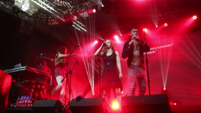 """vidéos et rushes de russian feminist protest punk rock group pussy riot performs """"riot days"""" on the stage during the solidarity of arts festival in gdansk, poland on 23... - rock moderne"""