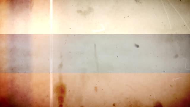 vídeos de stock e filmes b-roll de bandeira da rússia-grunge retro velho filme loop com áudio - fuga de luz