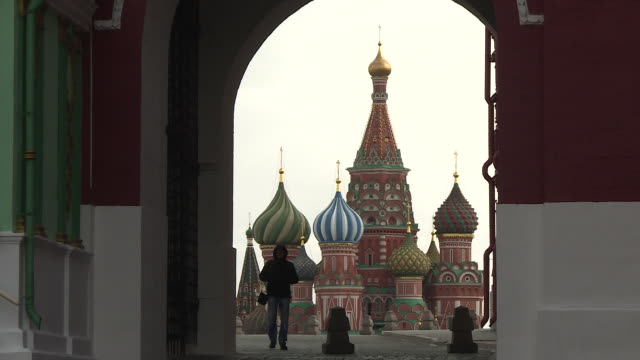 russian government enforces stay-at-home measures, empty streets, no people, deserted russian landmarks.kremlin, red square, st basil's cathedral - moscow russia stock-videos und b-roll-filmmaterial