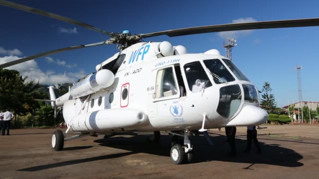 russian mi8 helicopter being used by the united nations, world food program to deliver food aid to areas still cut off by the flooding around... - pianificazione di emergenza video stock e b–roll