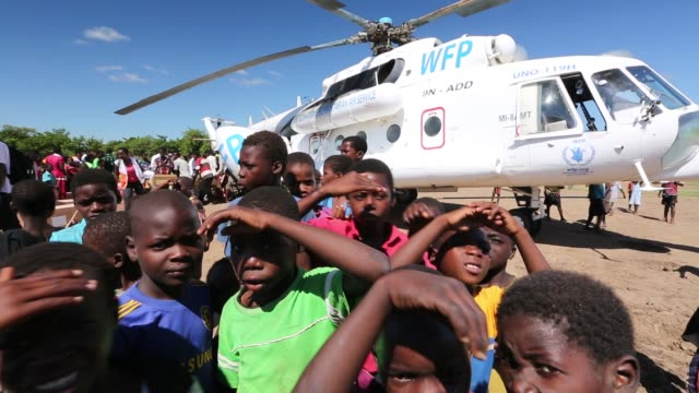 russian mi8 helicopter being used by the united nations, world food program to deliver food aid to areas still cut off by the flooding, around... - pianificazione di emergenza video stock e b–roll