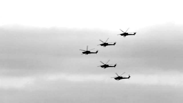 vidéos et rushes de armée russe hélicoptères - manoeuvre militaire