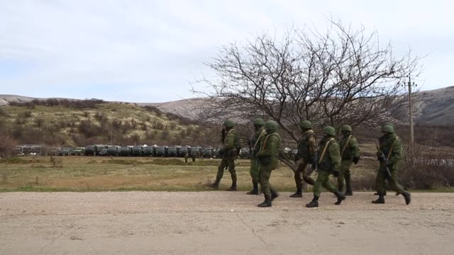 ls russian military personnel surround a ukrainian military base on march 19 2014 in perevalnoe ukraine russia's constitutional court ruled... - ukraine stock-videos und b-roll-filmmaterial