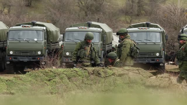 russian military personnel surround a ukrainian military base on march 19, 2014 in perevalnoe, ukraine. russia's constitutional court ruled... - ロシア軍点の映像素材/bロール