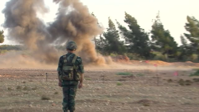 russian military personnel training syrians on how to remove landmines - syrien stock-videos und b-roll-filmmaterial