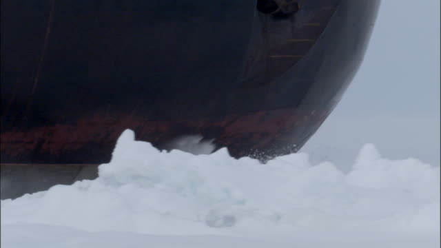 cu, zo, ws, russian nuclear icebreaker traveling through frozen sea russia - clima polare video stock e b–roll