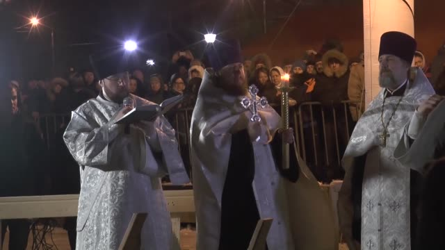 vidéos et rushes de russian orthodox priest prays in -6 degrees celsius temperatures while celebrating the epiphany church holiday on january 19, 2017 dipping an icy tub... - moscow russia