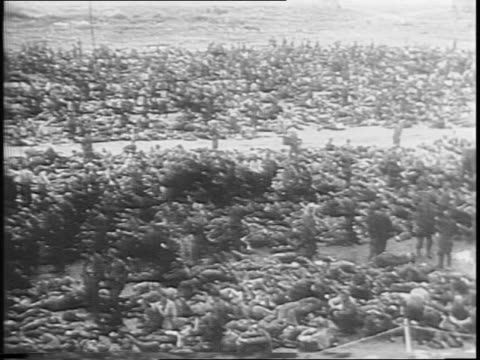 stockvideo's en b-roll-footage met russian people gather to see captured german soldiers / view of thousands of nazi soldiers / view of russian men and women looking at the germans /... - slagfront