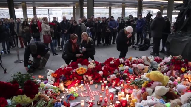 russian people lay flowers toys and light candles to commemorate russian plane crash victims at pulkovo airport in saintpetersburg russia on november... - kogalymavia flug 9268 stock-videos und b-roll-filmmaterial