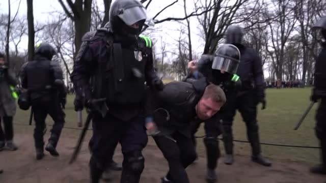 russian police arrest pro-navalny protesters in st petersburg, as they take to the streets to demand the release of jailed kremlin critic, who has... - ryssland bildbanksvideor och videomaterial från bakom kulisserna