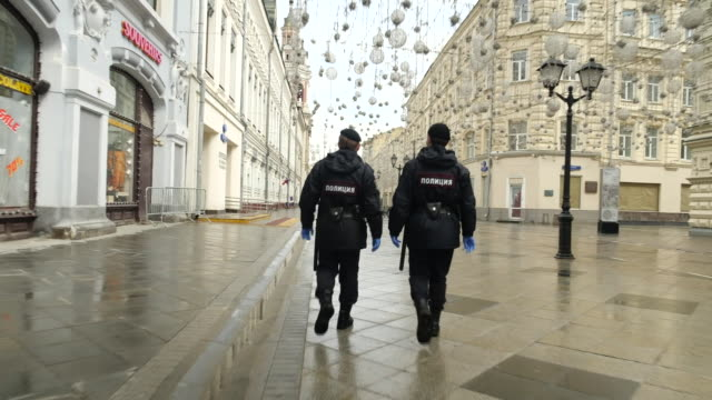russian police officers patrolling the streets of moscow during coronavirus lockdown - inquadratura fissa video stock e b–roll