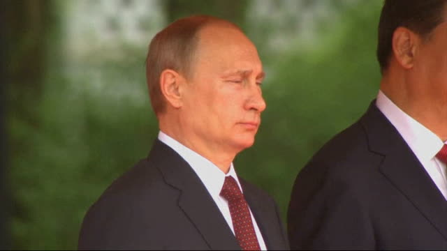 russian president putin official visit china beijing ext russian president vladimir putin and chinese president xi jinping onto dais as russian... - wladimir putin stock-videos und b-roll-filmmaterial