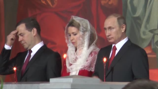 vidéos et rushes de russian president vladimir putin prime minister dmitry medvedev and his wife svetlana attend the easter service led by patriarch kirill of moscow at... - service religieux
