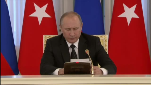 russian president vladimir putin speaks during a press conference with turkish president recep tayyip erdogan after their meeting in saint petersburg... - wladimir putin stock-videos und b-roll-filmmaterial