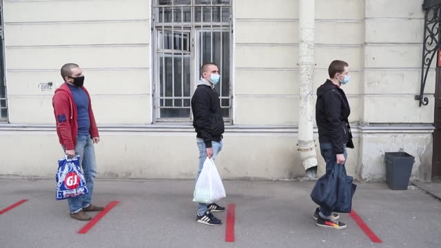 stockvideo's en b-roll-footage met russian recruits wearing face masks as a protective measure keep distance at the entrance to laboratory for being necessarily tested for covid-19 at... - military recruit
