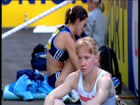 russian rivals yelena isinbayeva and svetlana feofanova sit back to back at side of track women's pole vault 2004 crystal palace athletics grand prix... - lanci e salti femminile video stock e b–roll