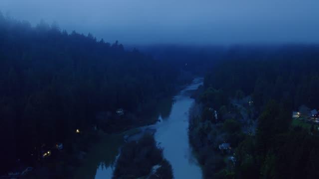 vídeos de stock, filmes e b-roll de rio russian na noite nevoenta-aérea - rio russian