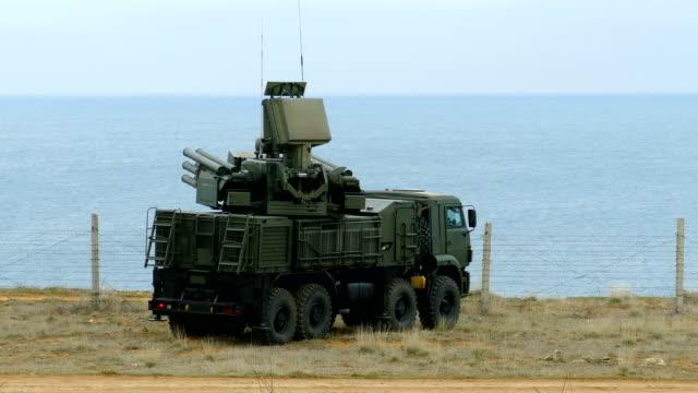 russischen flak rakete-selbstfahrlafette komplex in kampfposition schützt die küste - lenkflugkörper stock-videos und b-roll-filmmaterial