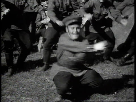 vídeos de stock, filmes e b-roll de russian soldier performing folk dance to applause / russia - forças aliadas