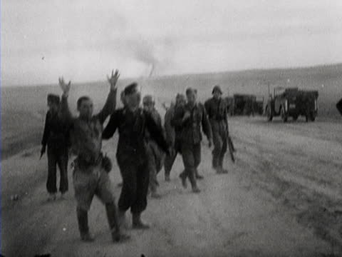 vidéos et rushes de russian soldiers fleeing from an armoured car that has caught fire german soldiers pursue them russian prisoners of war are frisked - prisonnier de guerre