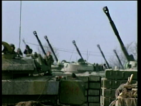 russian tanks gun turrets raised and aimed at chechen rebel positions in hills grozny 18 feb 00 - grosny stock-videos und b-roll-filmmaterial