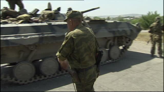 vídeos y material grabado en eventos de stock de russian troops patrol through the caucasus region of ossetia. shows exterior shots russian troops in a bmp-2 tank. on august 20, 2008 in south... - georgia
