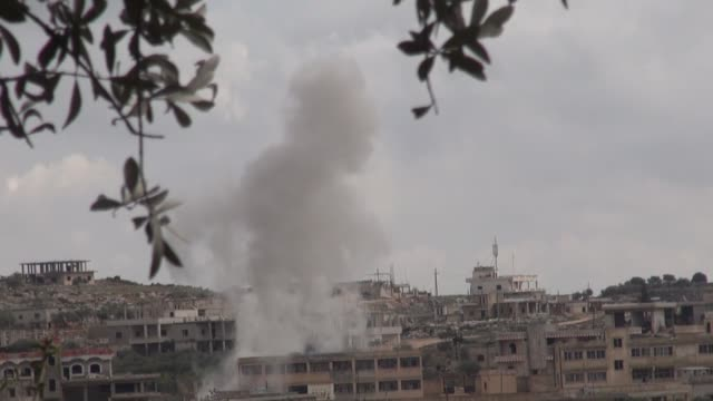 vídeos de stock e filmes b-roll de russian warplanes target residential areas in syria's idlib deescalation on february 24 2020 at least five civilians were killed on monday in the... - ataque aéreo