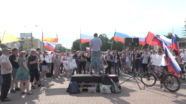 vídeos y material grabado en eventos de stock de russians gather in yaroslavl to protest against a hugely unpopular government decision to hike the pension age that has led to a record slump in... - ruso europeo oriental